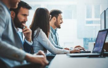 Menschen arbeiten am Computer. Viele Faktoren sind zu berücksichtigen bei der Frage: CRM aus der Cloud oder besser OnPremise
